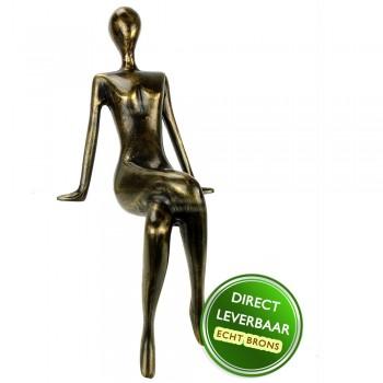 Bronzen beeldje vrouw op rand Art Unica Brons Center Amersfoort
