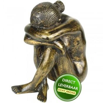 Bronzen beeld zittende vrouw